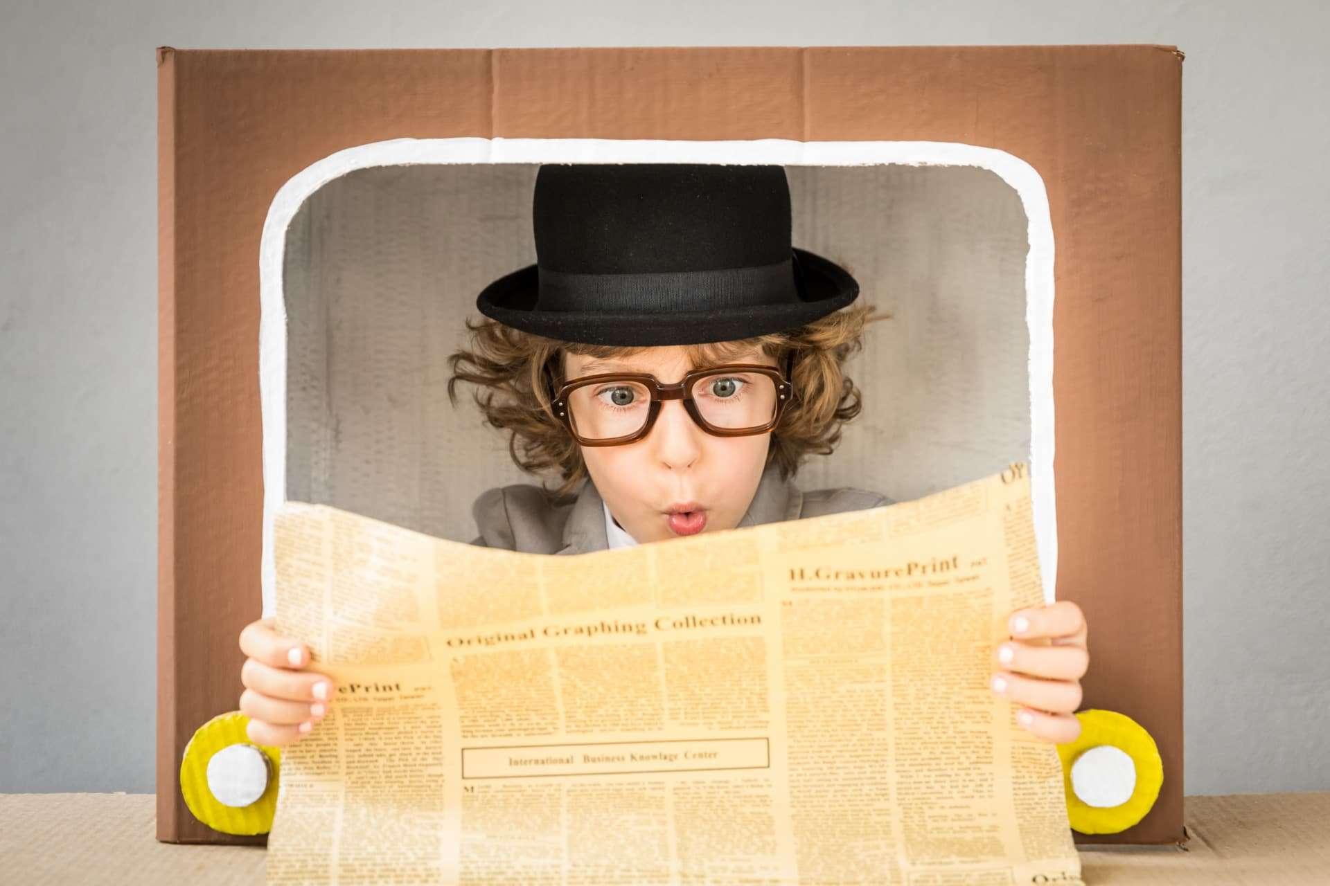 bambino legge giornale